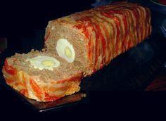 Zelfgemaakt Gehaktbrood (Meatloaf) met ei, ui en een omhulsel van spek.