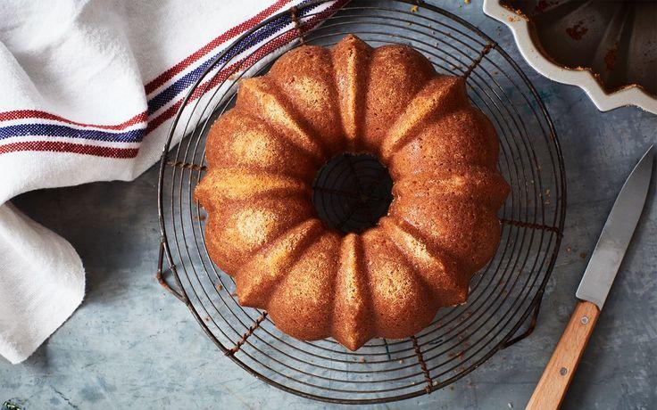Recept på klassisk sockerkaka som är god till kaffet. Tillsammans med färska bär och vispad grädde blir kakan en fin dessert.