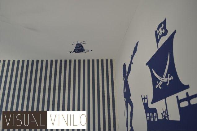 Decoración de dormitorio infantil con motivos marineros. Trabajo realizado con vinilos decorativos y papel pintado.