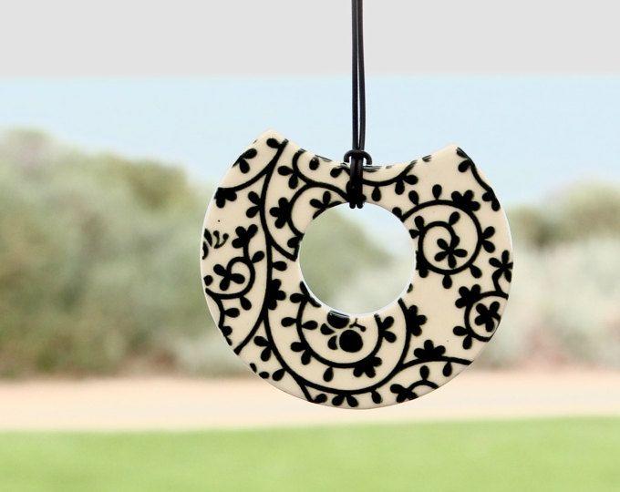 Questa collana magica è un accessorio che ottiene un sacco di complimenti caldi. Elegante e giocoso, ben si adatta una camicia o un abito nero / bianco. E è sorprendentemente luce troppo - solo 35 grammi. Perfetto per feste di tutta la stagione vacanza! Fiori in ceramica con smalto rosso brillante che creo io. I fiori sono 1,8(4,5 cm), 1.2 (3,5 cm) e 1(2,5 cm) di diametro. La stringa è da cotone nero, la sua lunghezza è 15.5(40 cm). La collana è imballata in una scatola regalo per qua...