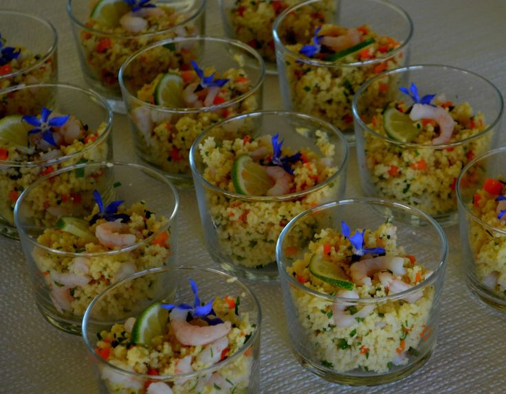 Amuse glaasjes met couscoussalade en garnalen