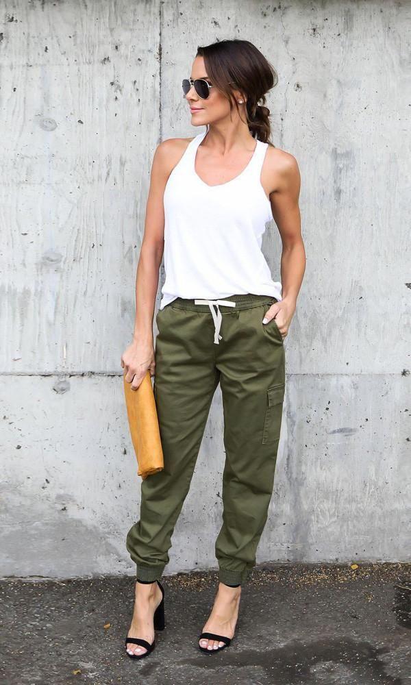 Chica Usando Un Jogger Pant De Color Verde Militar Con Una Blusa De Tirantes De Color Blanco Ropa De Moda Mujer Pantalones Cargo Mujer Pantalones De Moda