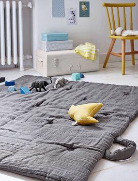 Matelassé, ce boutis ou tapis d'éveil se plie en 4 pour assurer le confort de bébé en tout lieu. DétailsDim. 110 x 100 cm. Broderie étoiles argentées. Anses en coton. Lavable à 30°.Matière100% coton, garnissage 100% polyester.;