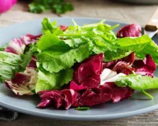 Salade d'endives rouges et avocat à la vinaigrette de framboise : http://www.fourchette-et-bikini.fr/recettes/recettes-minceur/salade-dendives-rouges-et-avocat-a-la-vinaigrette-de-framboise.html