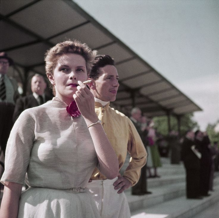 Colette Laurent en las carreras de Chantilly, Francia, 1952. Por Robert Capa.