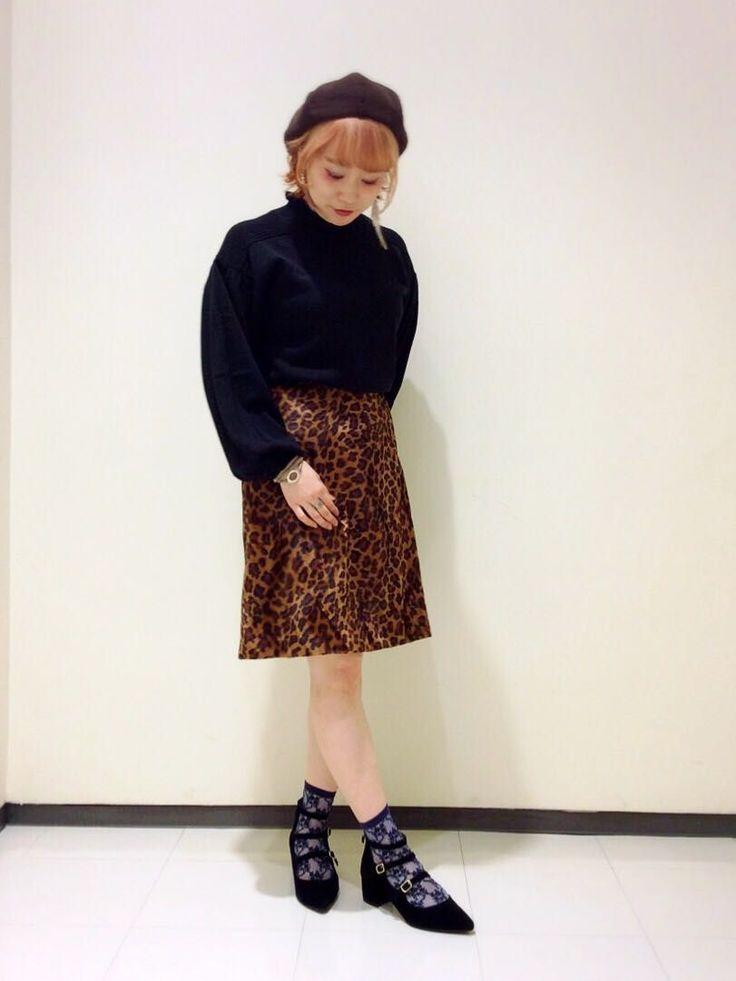 ヒョウ柄台形スカート。 起毛感のあるヒョウ柄が目を引くヒョウ柄スカート。フリル付きのハイネックニットは、ボリュームのあるパフスリーブがトレンド感溢れる一枚。今季トレンドのヒョウ柄のスカートは、シンプルなトップスやボリュームのあるトップス合わせがオススメです。