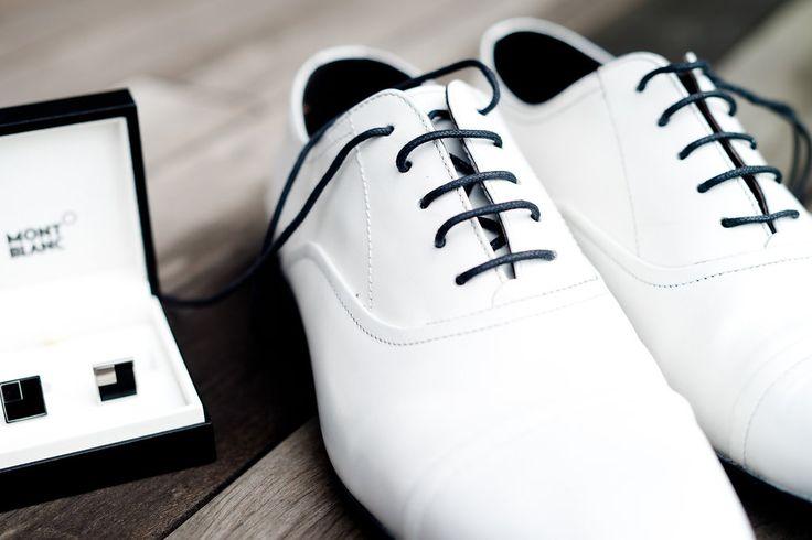 Warum müssen es immer schwarze Schuhe sein? Die weißen Hochzeits-Schuhe meines Mannes waren (neben meinem Kleid...) DER Hingucker... #hochzeit #heirat #schuhe