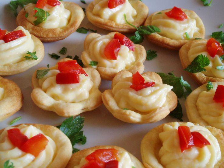 Fiorellini di brisée con crema pasticcera salata