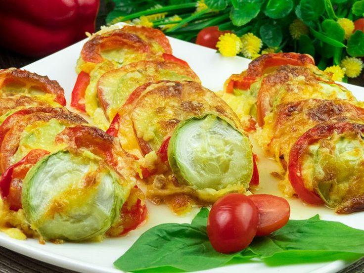 Dovlecei, roșii și ardei la cuptor în sos de smântână – o mâncare caldă, ușoară cu miros de vară!