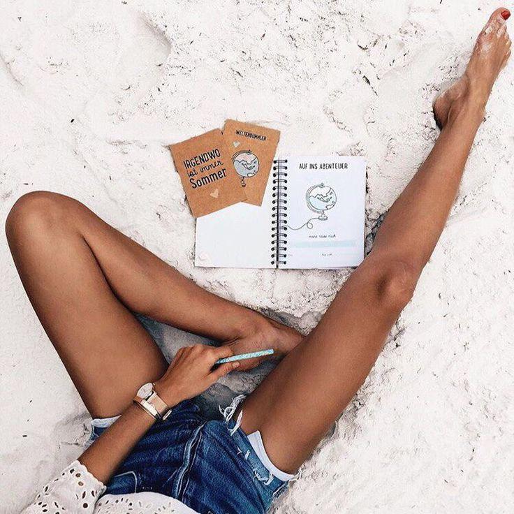 Ноги + джинсовые шорты + девушка + пляж + песок + блокнот + фигура