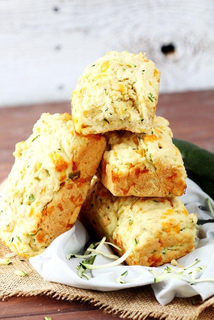 Česnek a výrazný cheddar k sobě krásně sedí a vy si vychutnáte cuketový chléb buďto jako přílohu nebo jen tak, samotný na chuť :).  //    4 menší bochníky (1 větší) doba přípravy 40 minut  Ingredience  3 hrnky hladké mouky 4 lžičky prášku do pečiva 1 lžička soli 1/2 lžičky jedlé s