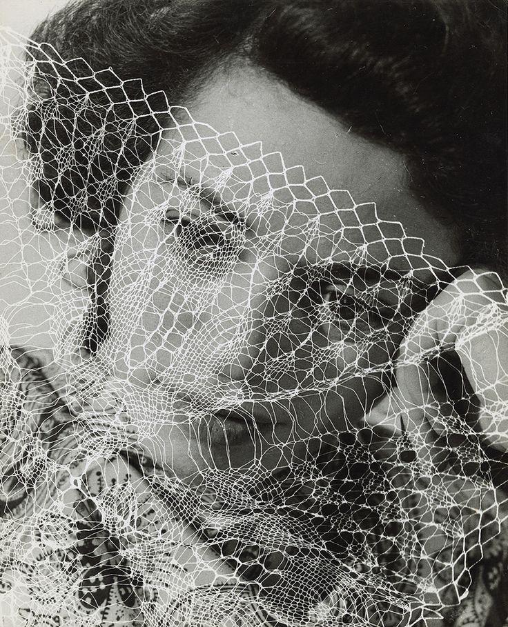 Photo noir et blanc : Portrait de femme, 1938, Lore Krüger, résille
