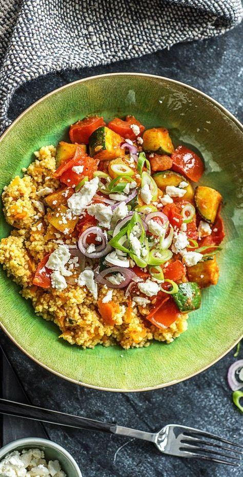 Bunte Couscous-Gemüse-Pfanne mit Hirtenkäse, roter Frühlingszwiebel und Paprika