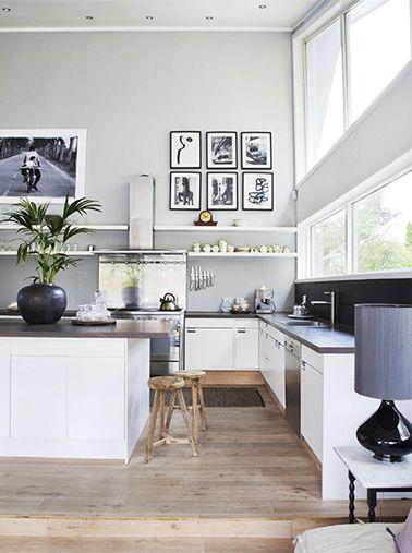 grande cuisine grise et blanche ouverte sur salon avec parquet chêne clair