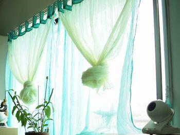 透き通るようなブルー。 まるでカーテンそのものが風であるかのようです。  レモンイエローを重ねているのもオシャレですね。
