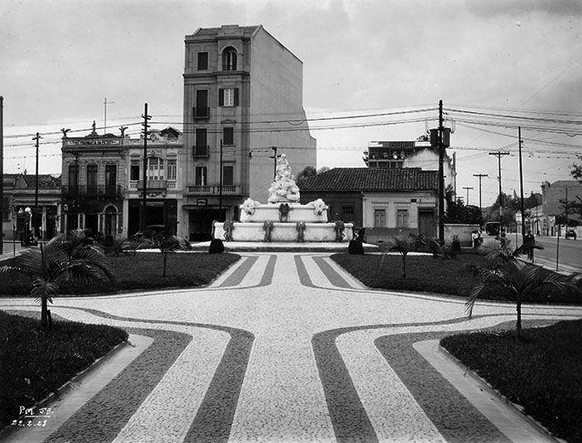 Projetada no início dos anos 20, a Fonte Monumental é a grande obra da escultora Nicolina Vaz de Assis Pinto do Couto na cidade de São Paulo. A fonte, foi inaugurada em 1926 durante a gestão do prefeito Pires do Rio e inicialmente chegou-se a cogitar sua instalação na Praça da Sé. Porém, acabou sendo colocada na Praça Vitória que foi inaugurada juntamente com o monumento. Posteriormente o local teve seu nome mudado para Praça Júlio Mesquita.