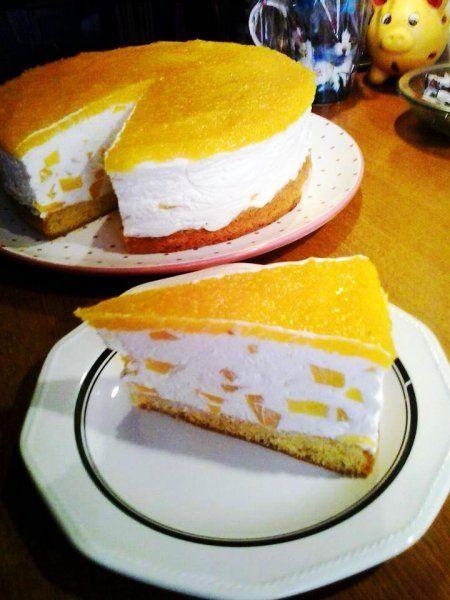 Ein leckerer Kuchen für den Sommer, die Pfirsich-Joghurt-Topfen-Sahne-Torte. Das Rezept gelingt auch mit Marillen oder Mandarinen.