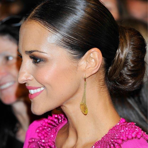 En la presentación de la nueva serie Galerías Velvet de la que Paula Echevarría es protagonista, la actriz lució un moño de bailarina XXL muy pulido y con la raya en medio muy favorecedor.