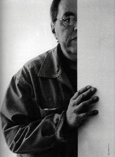 """Bernardo Salcedo (1939-2007) es uno de los escultores más originales del arte colombiano del siglo XX y el más sarcástico de toda su historia. No es muy conocido porque odiaba las """"roscas"""", la adulación y el servilismo que caracteriza a algunos artistas muy renombrados. Pero su obra queda como un precioso legado y como testimonio de su integridad artística y de su honda e irónica mirada sobre el mundo que le tocó vivir."""