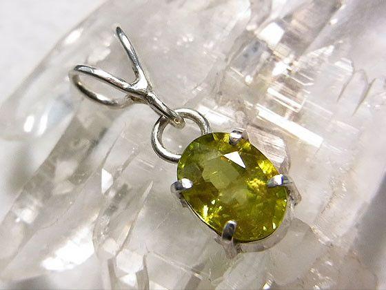 爽やかなグリーンが美しいスフェーンをシルバーでシンプルなペンダントに仕上げました。スフェーンは別名チタナイトといい、ダイヤモンドをしのぐファイアが現れる宝石で...|ハンドメイド、手作り、手仕事品の通販・販売・購入ならCreema。