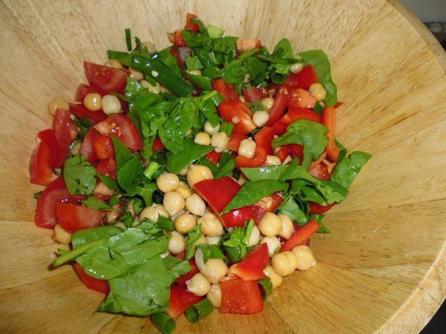 Mijn lunch bestaat meestal uit een grote salade. Met groot bedoel ik een oliebollenbord vol. De salade is meestal opgebouwd als volgt: groene bladeren (spinazie, andijvie of gemixte sla uit een zak), bonen (kidneybonen, kikkererwten, of linzen), ui (sjalot, lente-ui of een klein stukje gewone ui), paprika, tomaat en noten of zaden. Eventueel doe ik …