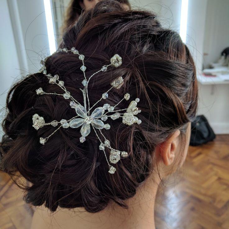 Tocado Virginia Info@adelaidamercado.com.ar Peinado recogido con rulos, mucho movimiento y volumen para novias, invitadas y quinceañeras