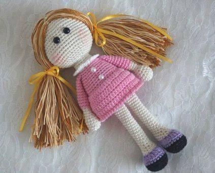 Маленькая кукла, связанная крючком, от Handcraft Studio.   [Схема вязания...]  куклы.   Чтобы перейти к схеме, кликаем по словам в квадр...