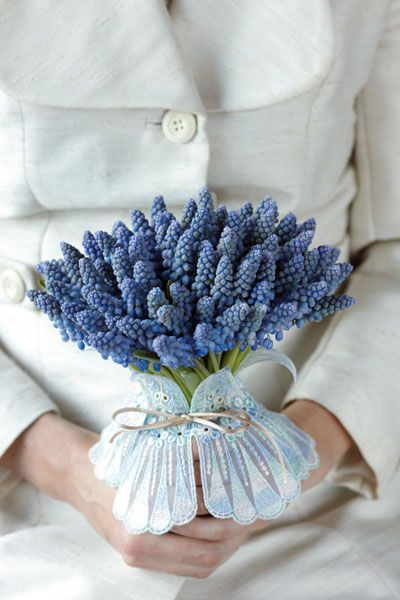 To give your wedding a bucolic tone, floral designer Donna Stain at Hotel Arts Barcelona suggests a Mediterranean-inspired muscari bridal bouquet.