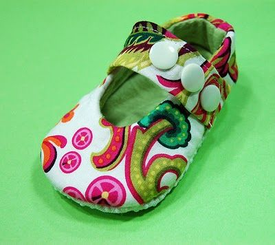 Oh, Oh, OH! Baby shoe pattern pdf. And it's free. AND it's so cute! Now I have to have another baby, that's all there is to it.