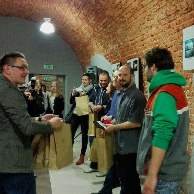 """Wernisaż wystawy fotografii mobilnej we Włocławku. Dziękujemy,  że z nami byliście. Frekwencja bliska 100 osób motywuje Nas do kolejnych wystaw. Wystawę można oglądać do 18 maja. Już w maju Finisaż wystawy razem z warsztatami fotografii mobilnej.  Dziękujemy naszemu partnerowi wystawy """"Wielka Ucieczka"""" za prezenty dla przybyłych Instagramerów. @free3hands Dziękujemy"""