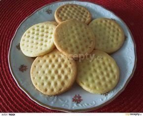 Rozměklé máslo zašleháme s cukrem a vanilkovým cukrem do pěny, přidáme extrakt a žloutek a ještě chvíli šleháme. Potom do směsi zapracujeme mouku...