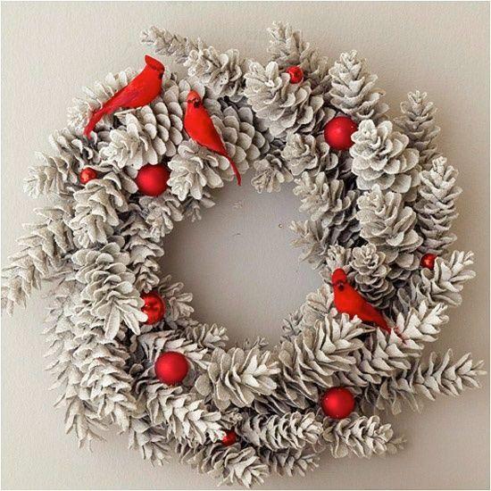 Granris, tuija, nypon, äpplen och murgröna blir fina dörrkransar i jul. Här är härlig inspiration till en extra fin dörrkrans i år!