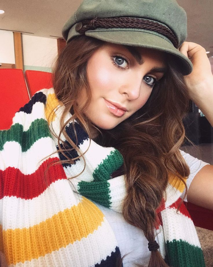 travelin girl my #travel look of the day is a messy side braid simple makeup & pop of colour with this fun @hbcheritage scarf! Im currently in #Montreal for a fun shoot - just got my nails & hair done so Im prepped for tomorrow! #jackiewyers #JHairDay #Messybraid #makeup #stripes #hudsonbaycompany