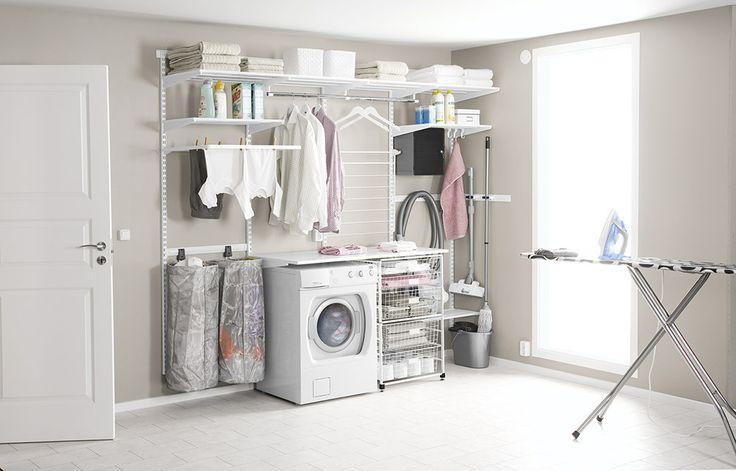 Vägra stökig tvättstuga! En välplanerad tvättstuga med luftiga hyllor, förvaringsbagar, torkhyllor och utdragbara backar gör det betydligt roligare att ta hand om tvätten.