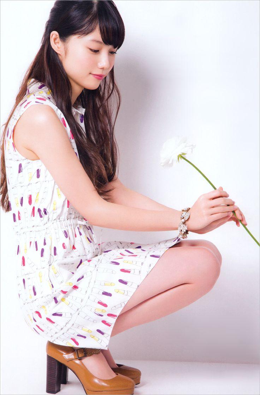 一輪の花を見つめる宮崎あおい