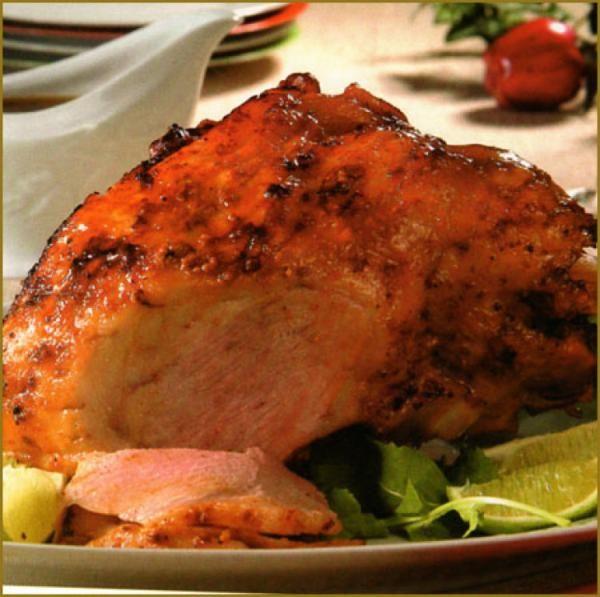 Marinar la carne con jugo de naranja agria, sal, ajo, orégano y comino. Dejar reposar durante una hora. Colocar la pierna con la maceración en el horno a una...