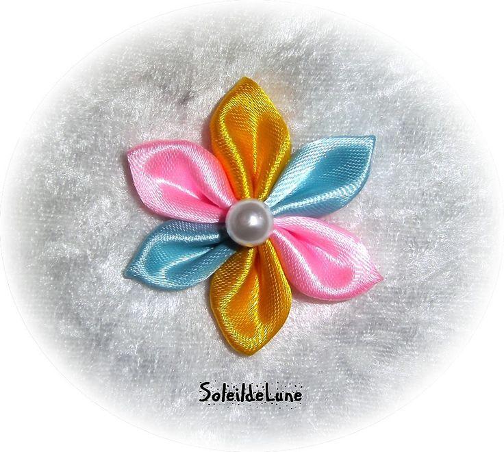 Broche boutonnière fleur étoile bleu jaune rose en satin et perle blanche façon mandala : Broche par soleildelune-bijoux-mariage