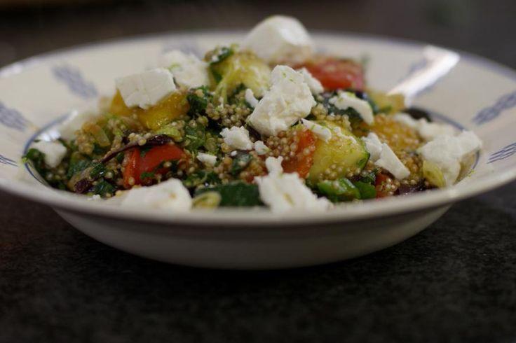 Quinoa zijn 'pseudograantjes' uit het Andesgebergte in Zuid-Amerika. Intussen heeft quinoa al z'n weg gevonden naar onze supermarkten. Het is een voedzaam alternatief voor rijst of aardappelen.Quinoa is ook perfect geschikt om er vegetarisch mee te koken. Jeroen gebruikt het als basis voor een salade met veel verse groenten en met fetakaas als smaakmaker. Gebruik bij voorkeur originele feta, op basis van schapen- of geitenmelk.