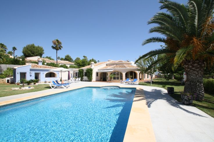 Ref.: V1282 A very spacious and completely renovated Villa in a cul de sac, very tranquil area with a lot of privacy and near the Javea golf club. Its composed of 4 Bedrooms, 4 Open plan Sitting - Eating areas, 5 Bathrooms including a shower toilet on the pool terrace next to the outdoor kitchen, 1 Independent kitchen interior, all the windows are insulated and double glazed with a large pool of 12 x 6 meters and a large garage for a good size car and a motorbike. Montesinos Falcon Real…