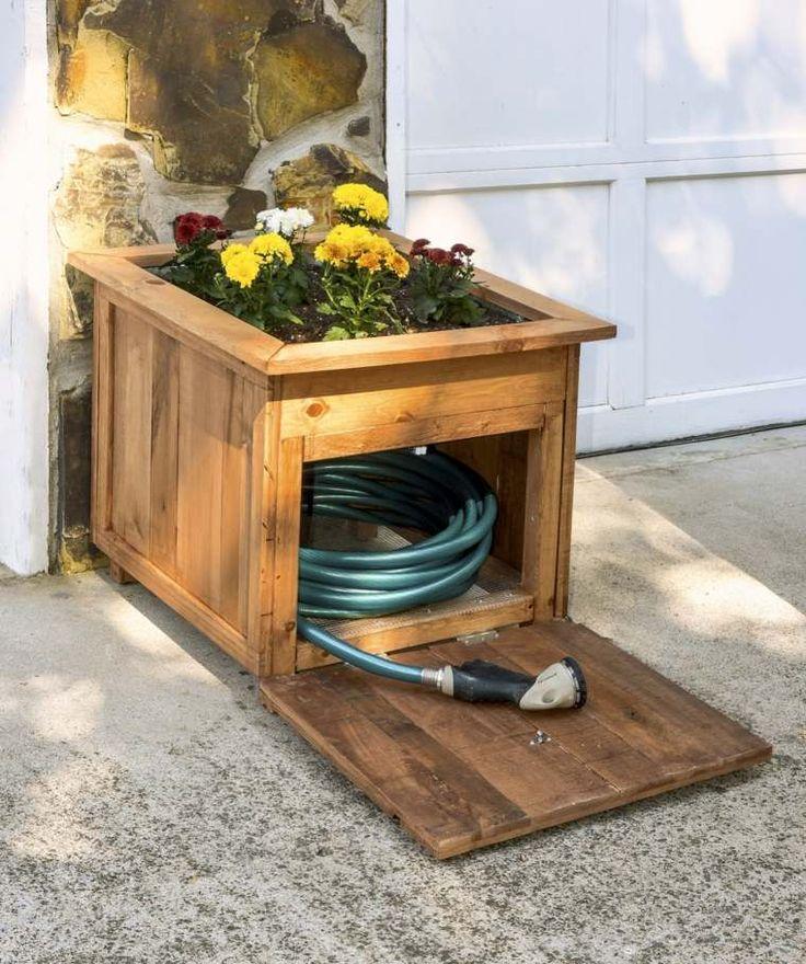 meuble de rangement en palette de bois et tuyau d'arrosage avec jardinière