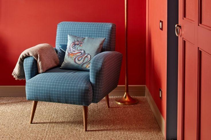 Мебель мы постарались подобрать максимально разнообразную и оригинальную, под стать эклектичному настроению квартиры.  Урбанистичная кухня с открытой вытяжкой и нарочито грубыми заклепками на фасаде была заказана в Marchi Cucine, оранжевый диван на кухне и кресло в хозяйской спальне — Roche Bobois. В гостевой спальне разместилась легкая яркая мебель: стул Vitra, прикроватный столик и настольная лампа BoConcept.