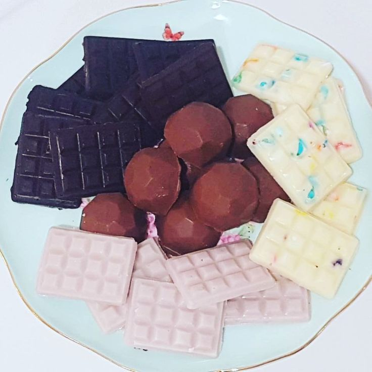 """7 Likes, 1 Comments - Ange (@sweetdistractioncakes) on Instagram: """"Mixed plate of handmade chocolate treats. Blackcurrent dark chocolate, salted caramel chocolate,…"""""""