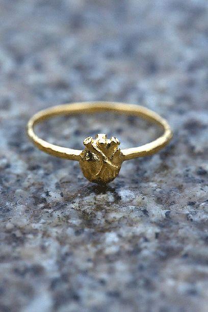 Gold anatomic heart ring Anatomisk hjertering i gull fra Bjørg