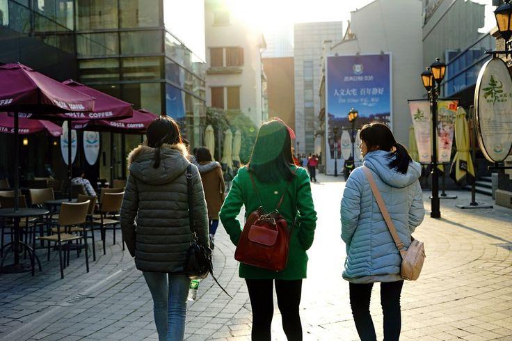 Крупные города Китая привлекают все больше иммигрантов , например, в Пекине, Шанхае и Гуанчжоу приезжих около половины процента.  Рост впечатляет – с 2000 по 2013 иммигрантов в крупных городах стало на 50% больше. Разумеется, это намного меньше, чем в таких мегаполисах как Нью-Йорк, Сидней или Лондон – там иммигрантов больше трети населения. В Юго-Восточной Азии с ними посоревноваться может разве что Сингапур, где приезжих около 38%.#china #китайскийкомпот #китай