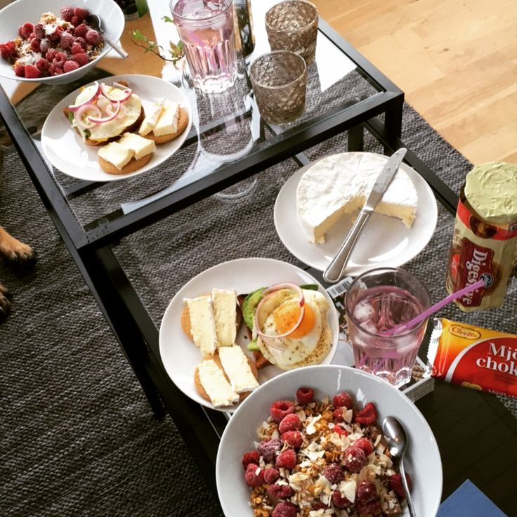 🍞🥑🍳🥜🍓🍫💫 #njie #njie #paulunsgranola #yolkporn #avocado #chocolate #raspbery #cheese #superbowl #barebells äggmacka ägg macka rödlök avokado rågbröd DIGESTIVE KEX, kvarg yoghurt musli Granola brunch frulle frukost