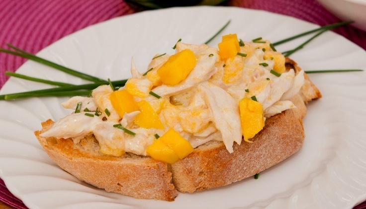 Crostoni with chicken and mango salad