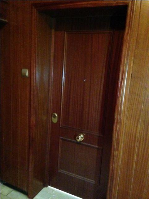 Puerta blindada modelo recto en sapelly con forrado de for Puertas sapelly