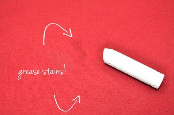 Ölflecken aus Kleidung entfernen  Reibe die betroffenen Stellen mit Kreide ein und wische nach ein paar Minuten mit einem feuchten Lappen darüber.