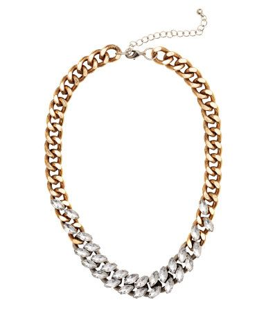 Gold-colored. Short necklace in chunky metal chain with faceted plastic stones. Adjustable length, 17 1/4 - 20 1/2 in.