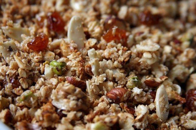 Hoy vamos a hacer una granola casera compuesta principalmente de avena, coco rallado, frutos secos y miel. Aparte de ser d...